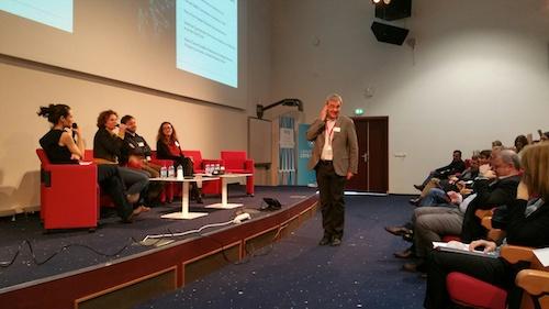 Gérard Giraudon joue au robot lors du panel sur les apports de l'IA et de la recherche en sciences cognitives et neurosciences.